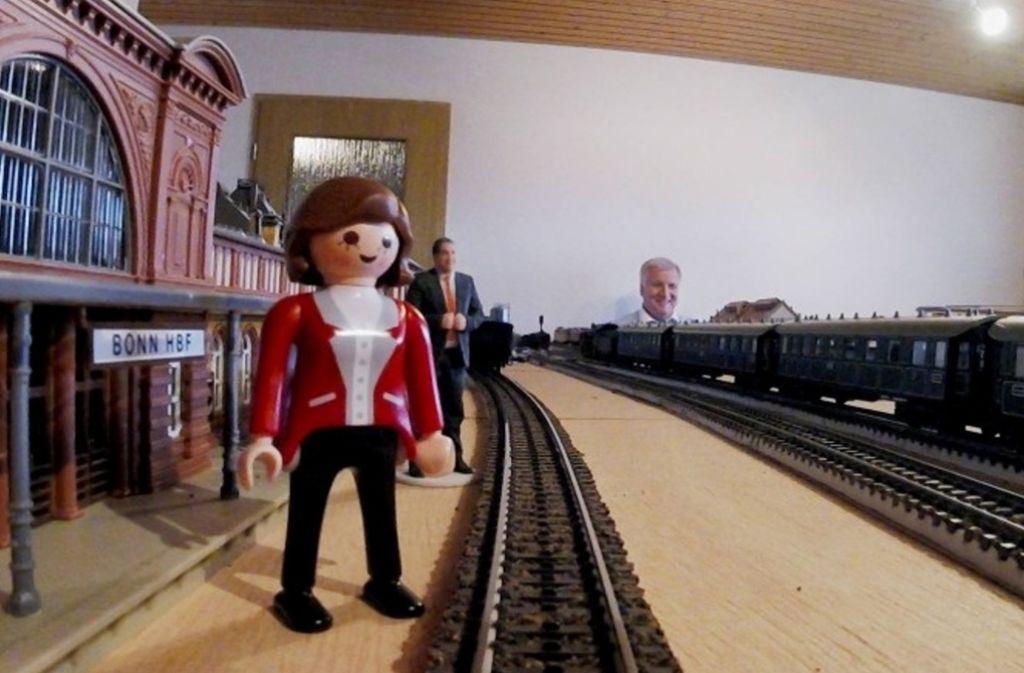 Für die Miniaturfiguren Merkel und Gabriel scheint der Zug am Bahnhof Bonn abgefahren – Anlagenbetreiber Seehofer interpretiert es anders: Kanzlerin und Vizekanzler warten auf den Lokführer. Foto: © MARTIN KAESWURM / BECKMANN