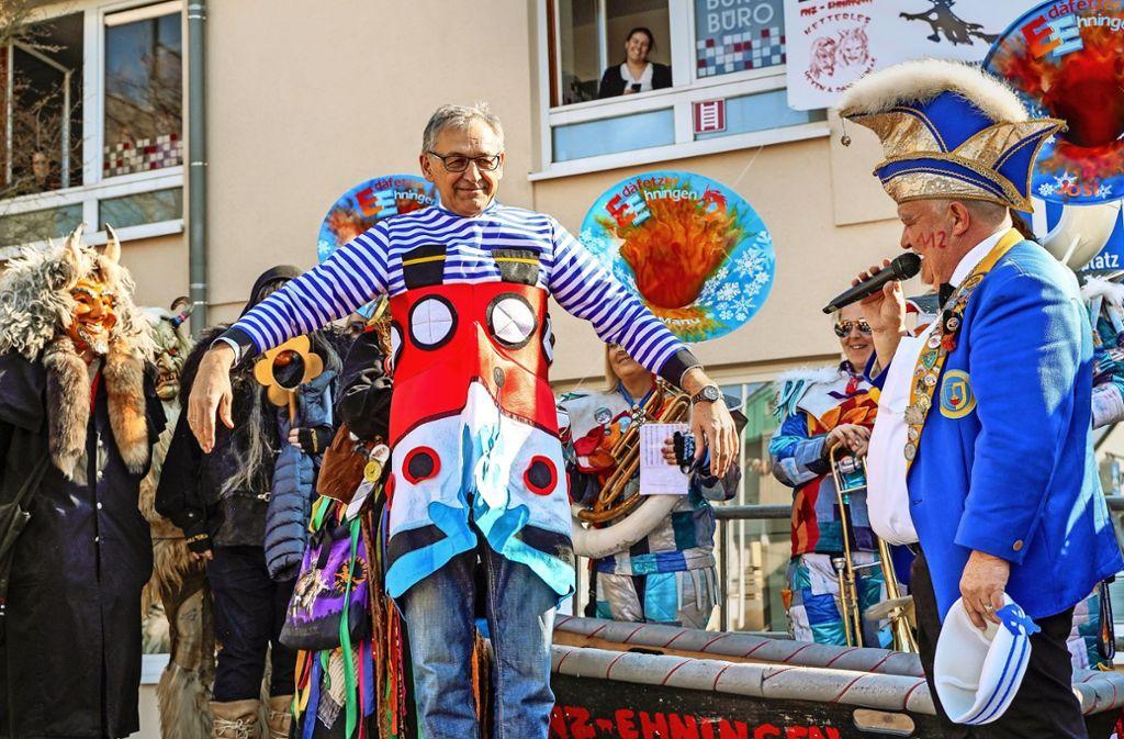 Claus Unger, der Rathauschef in Ehningen, ließ den Schabernack gerne über sich ergehen. Foto: factum/Bach