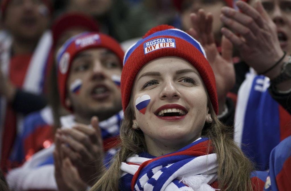 Russische Frauen sollen sich in Sachen Sex mit ausländischen Fußball-Fans zurückhalten. Das fordert eine Moskauer Abgeordnete. (Symbolbild) Foto: AP