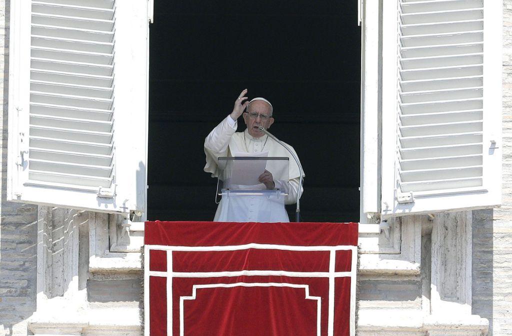 Papst Franziskus, hier beim Agelus-Gebet am 19. August, hat in einem Brief die Missbrauchsfälle in der Kirche verdammt. Foto: AP