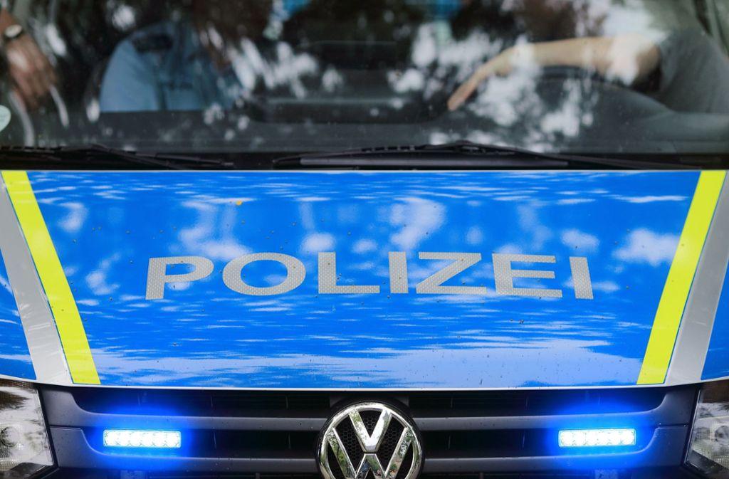 Auf der Flucht vor einer Polizeikontrolle ist ein 18-Jähriger mit seinem Auto gegen eine Mauer geprallt und tödlich verletzt worden. (Symbolbild) Foto: dpa-Zentralbild