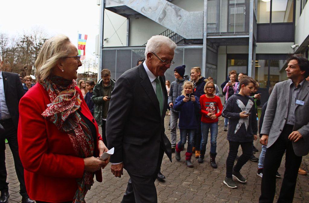Dutzende Kinder erwarten die Ankunft des Ministerpräsidenten am ESG. Foto: abrina Höbel