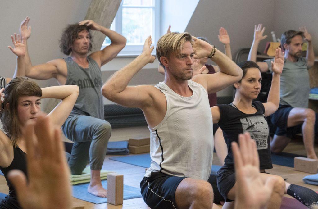 Timo Hildebrand (Mitte) in einer Yoga-Stunde Foto: Lichtgut/Michael Latz
