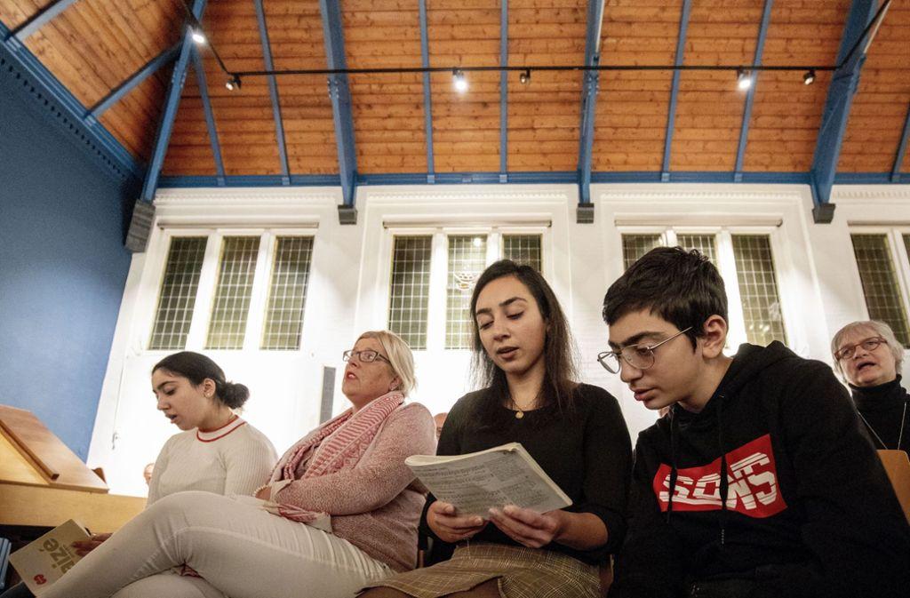 Die Armenierin Hayarpi Tamrazyan (Mitte) und ihr Bruder Warduhi beteiligen sich nach Kräften am Gottesdienst in der Bethelkirche. Foto: AFP