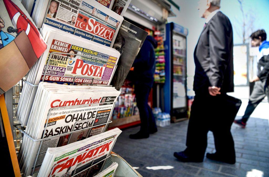 Schlechte Zeiten für kritischen Journalismus in der Türkei: Zeitungskiosk in Istanbul Foto: AFP
