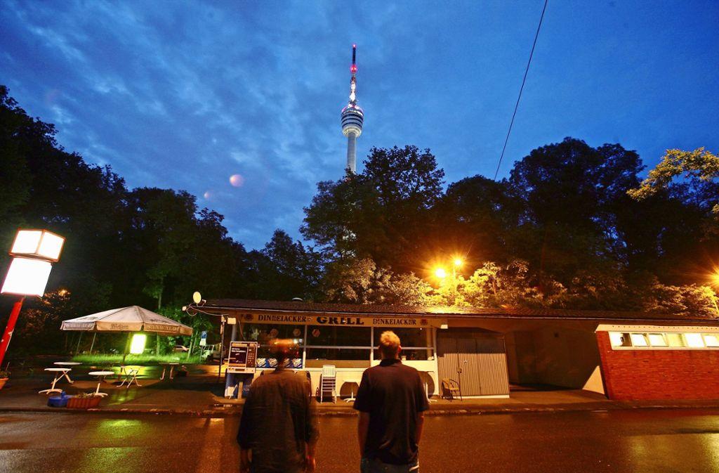 Der Fernsehturm bei Nacht: Rund um das Wahrzeichen treffen sich Leute zum Cruising. Dabei handelt es sich um unverbindlichen, anonymen Sex. Foto: Archiv Daniel Moritz