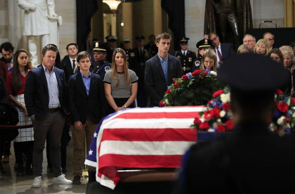 Viele Menschen kamen nach Washington, um Abschied von George H.W. Bush zu nehmen. Foto: AP