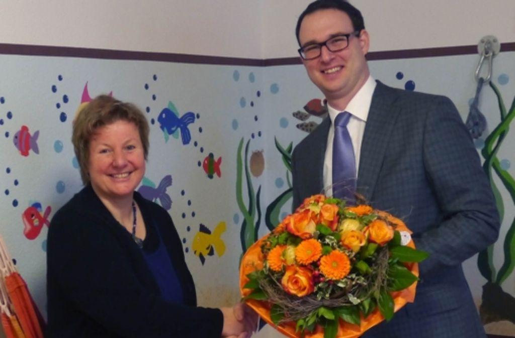 Einrichtungsleiterin Beate Harfmann nimmt die Spende symbolisch von E.VITA-Geschäftsführer und Firmengruppen-Gesellschafter Axel Glöckle entgegen. Foto: privat
