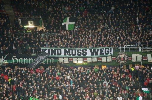 "Hannovers Fans fordern mit einem Plakat, dass Hannovers Präsident Martin Kind ""weg muss"". Foto: dpa"