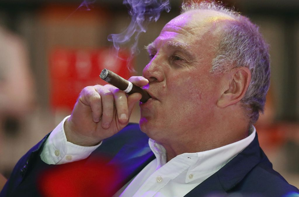 Bayern-Präsident Uli Hoeneß genießt eine Zigarre. Foto: AP