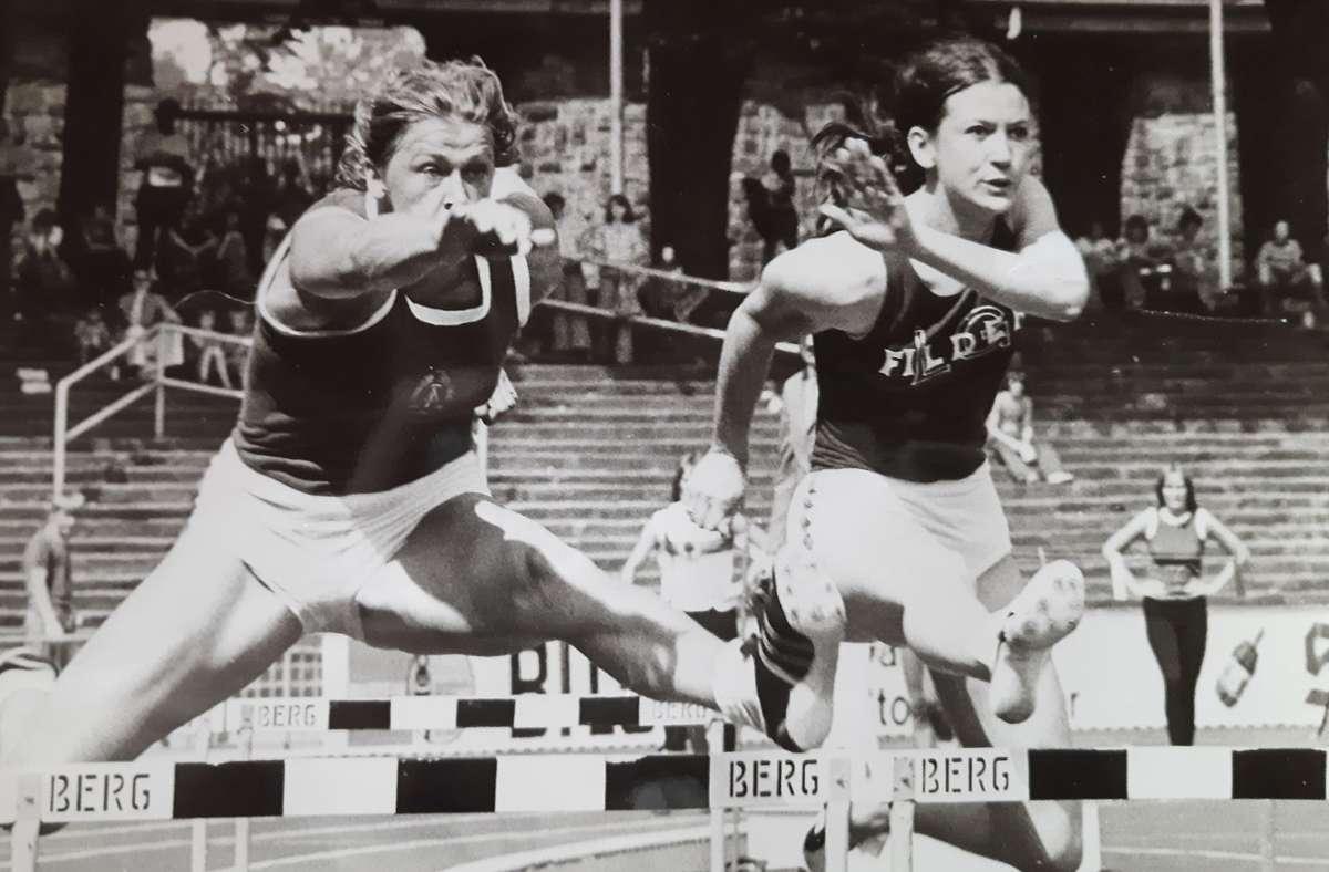 Verstanden sich  sehr gut:  Margot Bayer (rechts) und ihre DDR-Kontrahentin Burglinde Pollak, hier bei einem Wettkampf im Vorfeld der Spiele 1976. Foto: privat/z