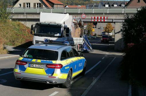 Lastwagen steckt unter Eisenbahnbrücke fest