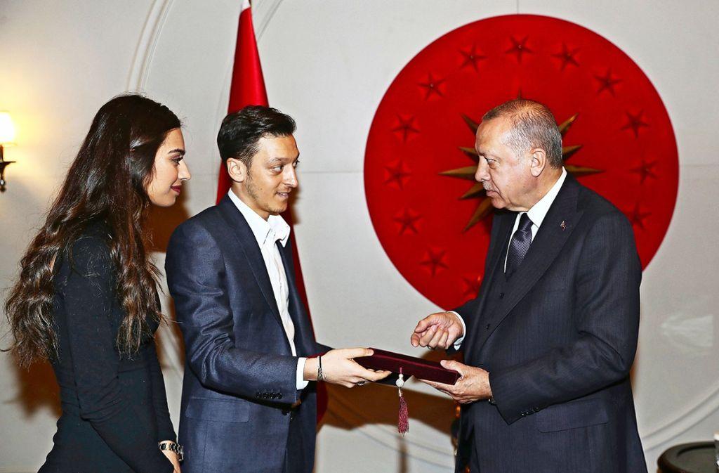 Amine Gülse, Mesut Özil und Staatschef Erdogan (re.) bei dem Treffen in Istanbul. Foto: dpa