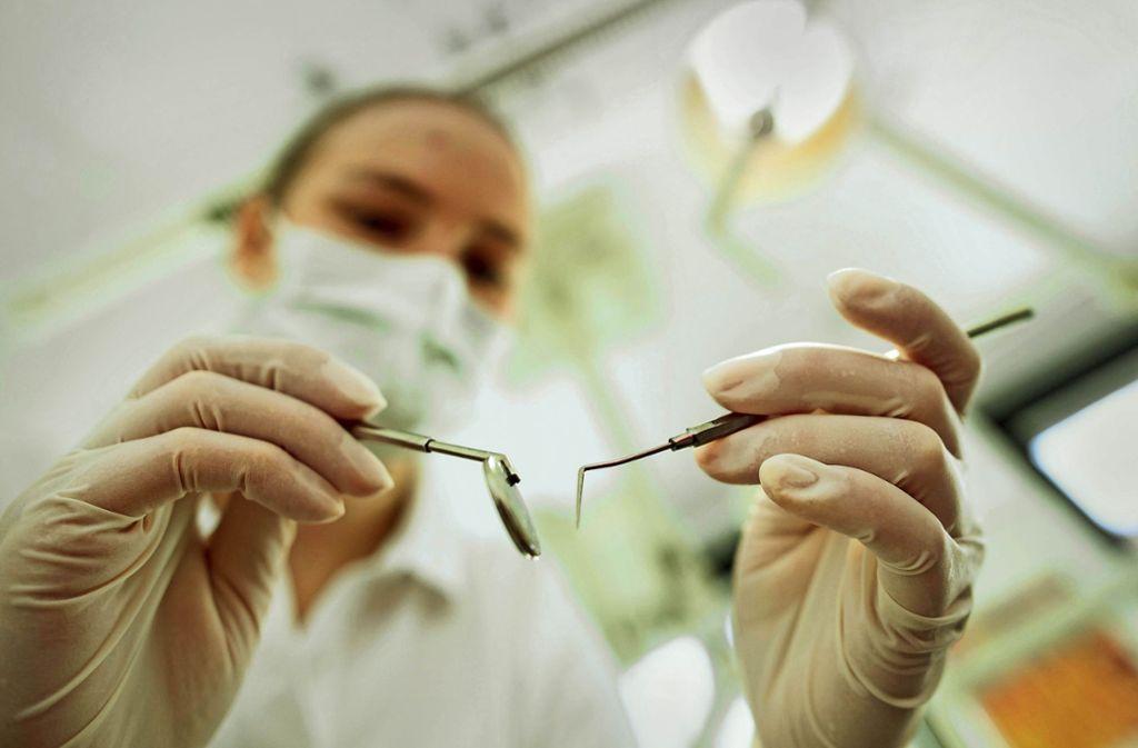 Diesmal sind die Zahnärzte von der Corona-Verordnung betroffen (Symbolbild) . Foto: picture alliance / dpa/Andreas Gebert