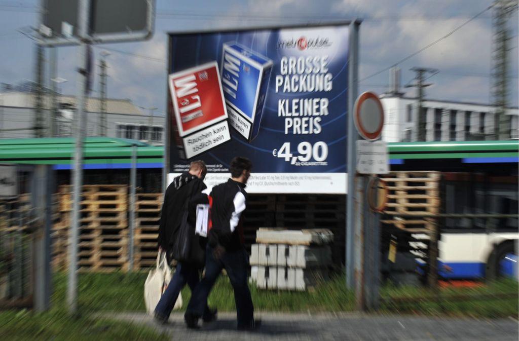 xperten fordern seit Jahren, Tabak-Reklame auch auf Litfaßsäulen und Co. zu unterbinden. Foto: dapd