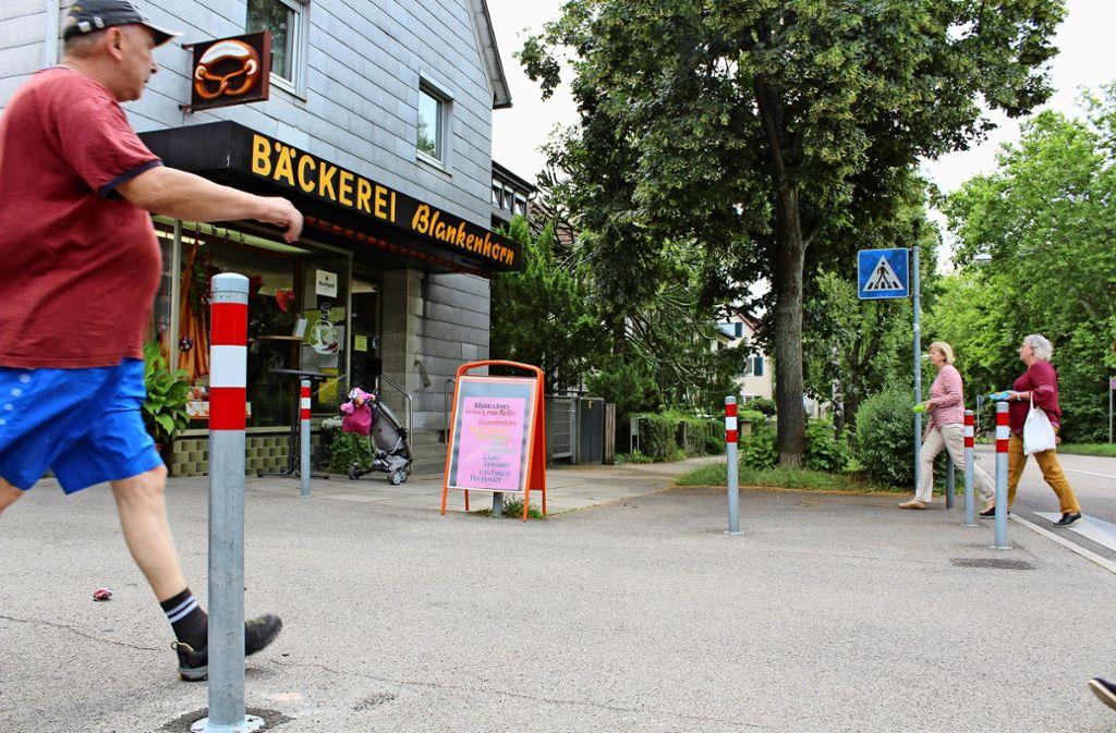 Die Poller vor der Bäckerei haben in Degerloch große Diskussionen ausgelöst. Foto: Baur