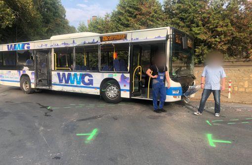 Schulbus von Lastwagen erfasst - 18 Verletzte