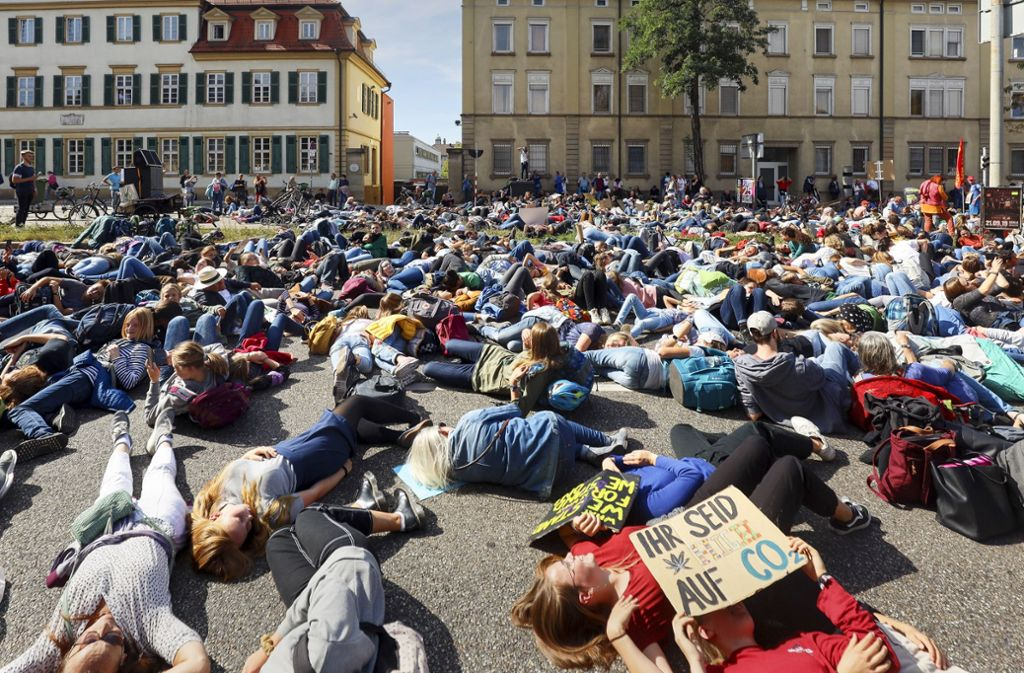 """Klimanotruf: Beim """"die  in"""" auf der gesperrten B 27 inszenieren die Demonstranten ein Massensterben. Foto: factum/Simon Granville"""