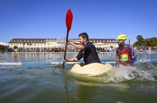 Kanuten paddeln in Riesenkürbissen um die Wette