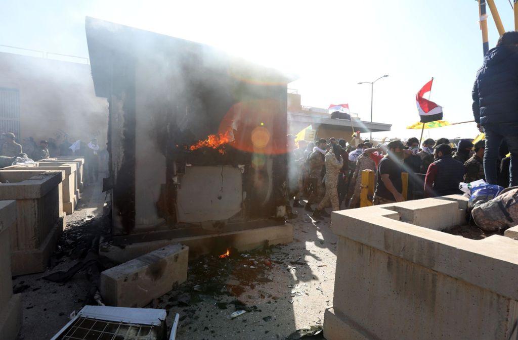 Demonstranten hatten ein Wachhäuschen auf dem Gelände der US-Botschaft in Bagdad in Brand gesetzt. Foto: dpa/Khalil Dawood