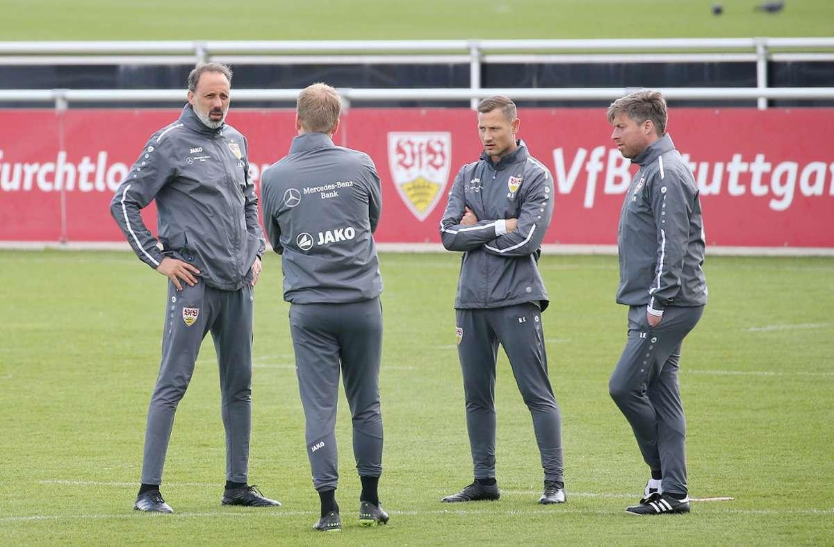 Das VfB-Trainerteam bei der Besprechung vor dem Trainingsstart. Foto: Pressefoto Baumann