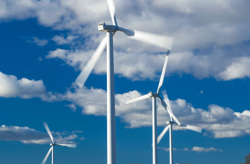 Die Stadtwerke Stuttgart haben in Windenergieanlagen investiert. Doch nicht immer drehen sich die Rotoren. Foto: dpa