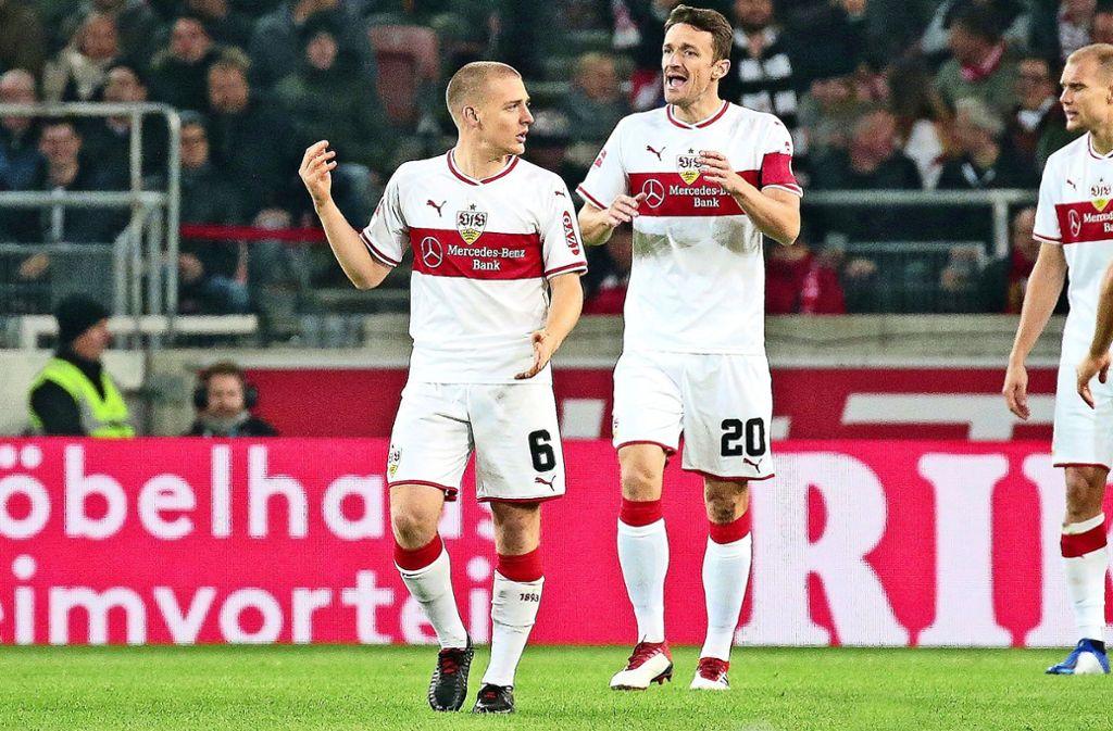 Santiago Ascacibar (li.) und Christian Gentner (li.) haben Probleme, das Spiel des VfB Stuttgart zu lenken. Foto: Baumann