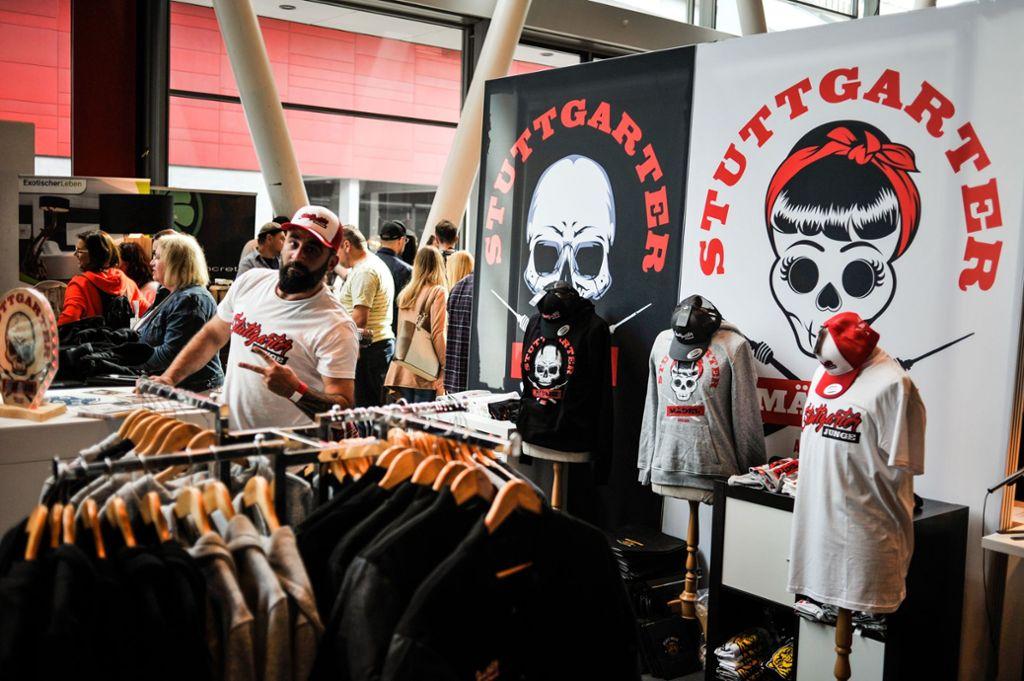 """Emrah Güyüldar fühlt sich als """"Stuttgarter Junge"""" und verkauft auf der Messe Made in Stuggi Heimat-Shirts mit Totenkopf. Foto: Lichtgut/Max Kovalenko"""