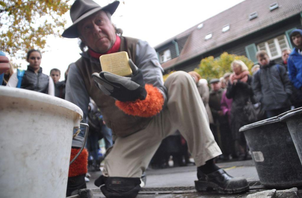 Gunter Demnig wird am Freitag wieder in Stuttgart sein. Foto: dpa-Zentralbild