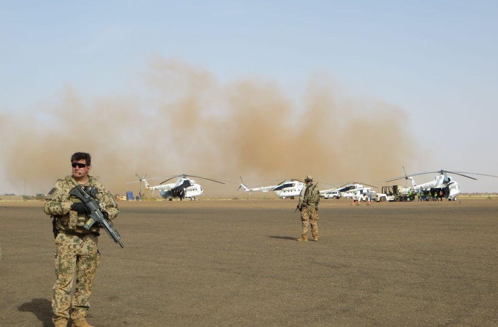 Jede Hubschrauberlandung abseits der geteerten Plätze verursacht Sandstürme. Foto: Schiermeyer