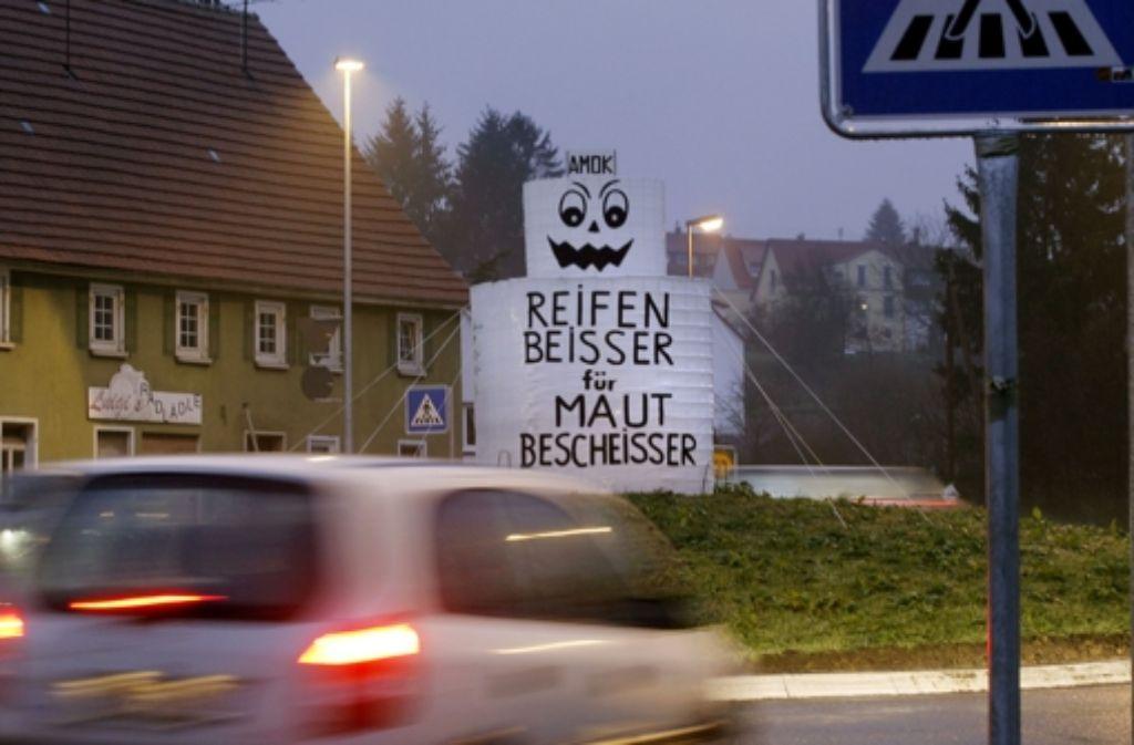 Für den alljährlichen Fasnachtsscherz ist der Rechberghauser Kreisverkehr ideal geeignet. Doch für den starken Verkehr ist er zu eng. Foto: Horst Rudel