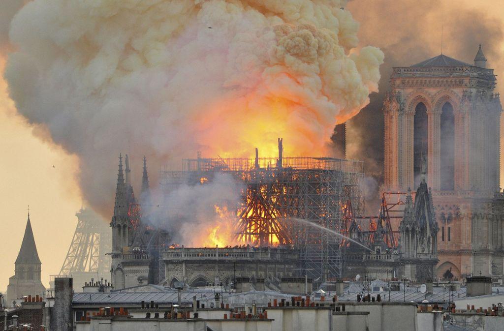 Das Bild der in Flammen stehenden Kathedrale löste weltweit Entsetzen aus. In unserer Bildergalerie haben wir persönliche Erfahrungsberichte unserer Redakteure zusammengestellt. Klicken Sie sich durch. Foto: AP