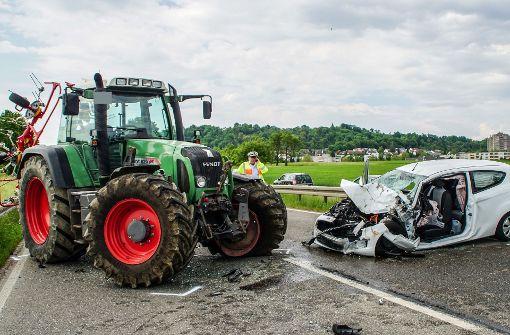 Auto prallt mit Traktor zusammen