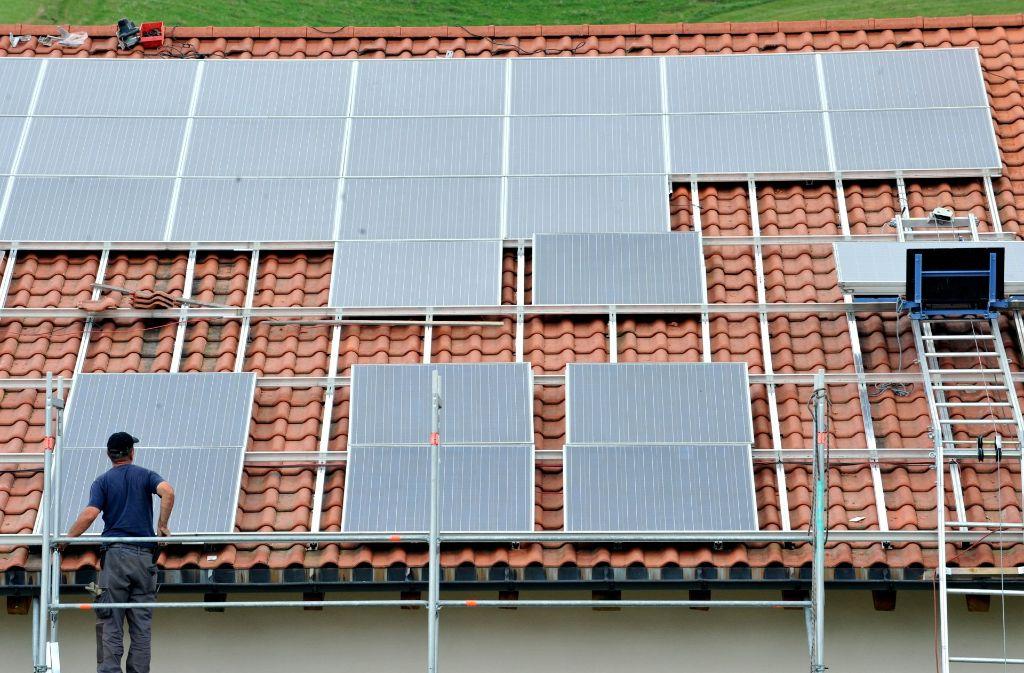 Installation einer Solaranlage – in Zukunft ein selteneres Bild? Foto: dpa
