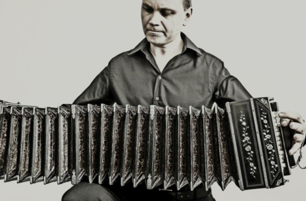 Die Stimme des argentinischen Tangos, das Bandoneon, hat es Bernardo Fingas aus Neuhausen angetan. Foto: Julian Schneider