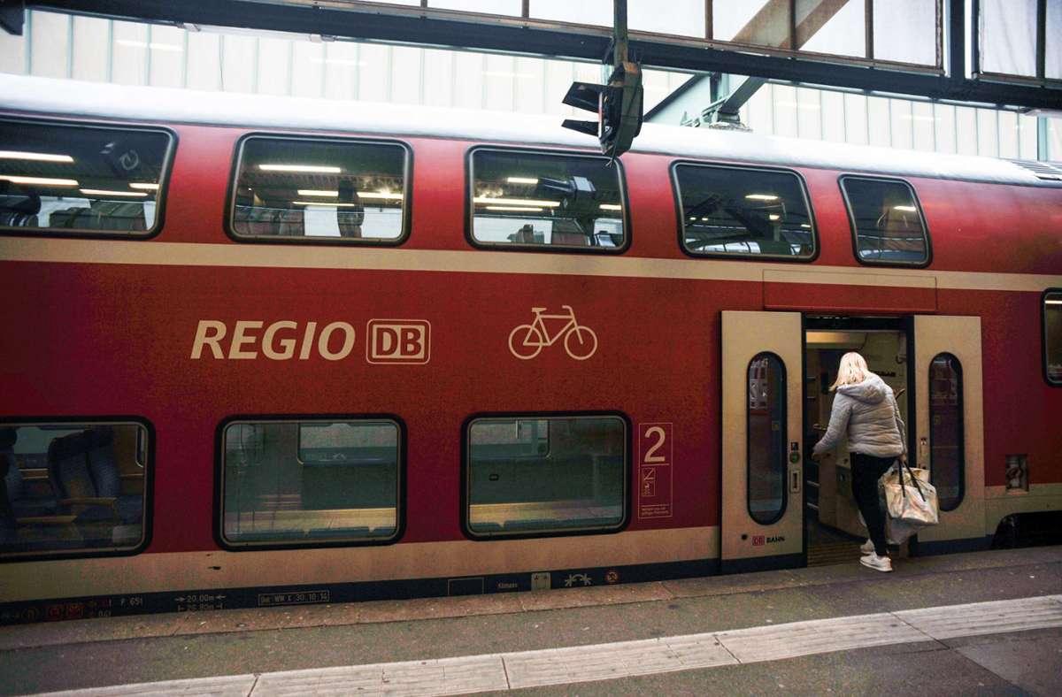 Ein Mann griff in einem Regionalzug Polizeibeamte an. (Symbolbild) Foto: Lichtgut/Max Kovalenko