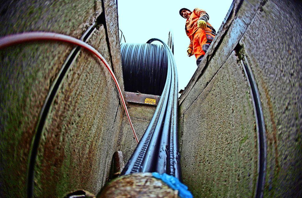 Der Kreis will die Versorgung mit Glasfaserkabeln selbst in die Hand nehmen. Foto: dpa