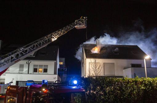 Nach Dachstuhlbrand lodert Feuer erneut auf