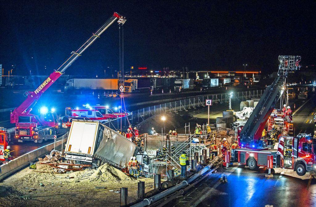 Die Bergung des verunglückten Lastwagens war eine  große Herausforderung für die Feuerwehr. Foto: 7aktuell.de/Simon Adomat