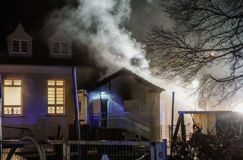 In den Morgenstunden des Mittwochs stand in der Wendlinger Bismarckstraße ein  Kindergarten in Flammen. Kurz zuvor war es in der Umgebung zu einer auffälligen Häufung von offensichtlichen Einbruchsversuchen gekommen. Foto: SDMG/SDMG / Kohls