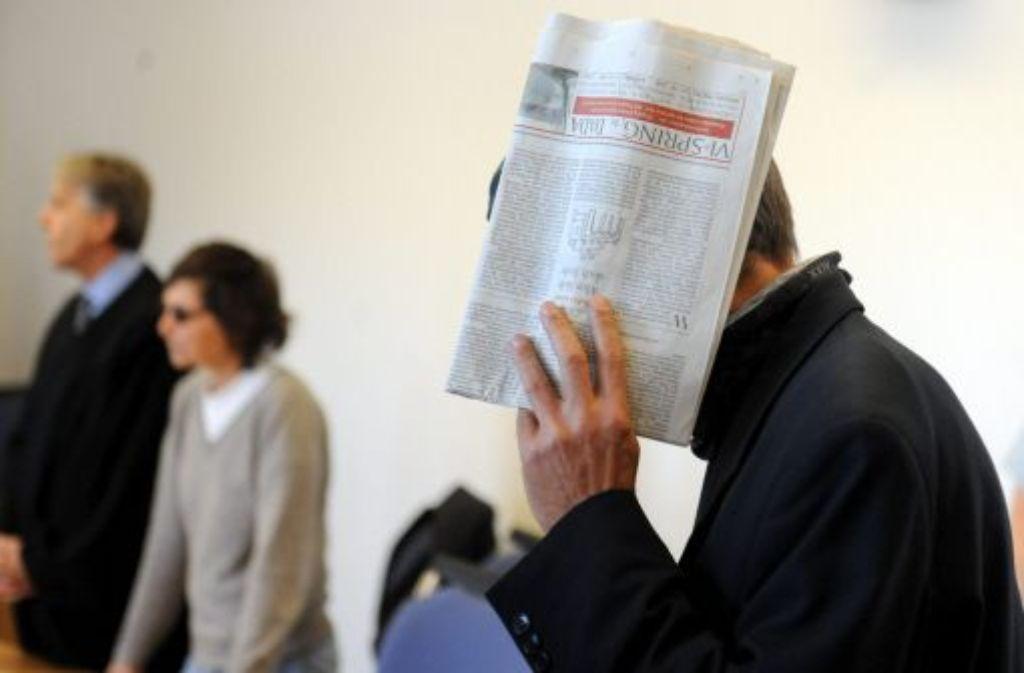 Christian Klar betritt am Donnerstag als Zeuge im Prozess gegen Verena Becker (Mitte) den Gerichtssaal in Stuttgart. Foto: dpa