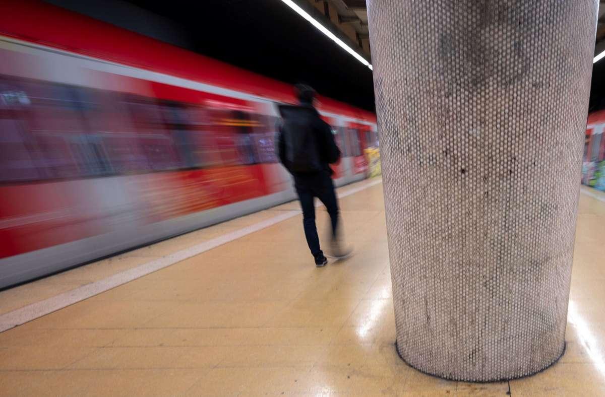 In den großen Städten seien gerade nur noch 30 bis 40 Prozent der Fahrgäste im Nahverkehr unterwegs und im Regionalbusverkehr nur etwa ein Fünftel, heißt es (Symbolbild). Foto: dpa/Marijan Murat