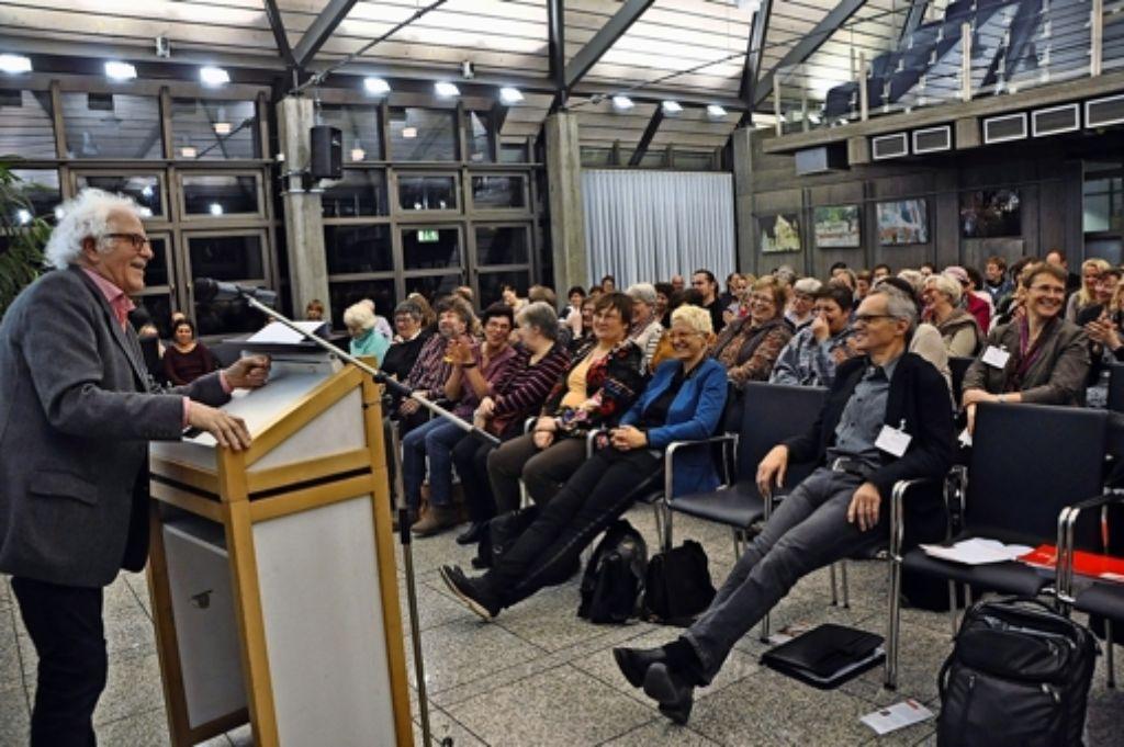 Professor Reiner Gronemeyer bei seinem Vortrag im Bezirksrathaus Foto: Georg Linsenmann