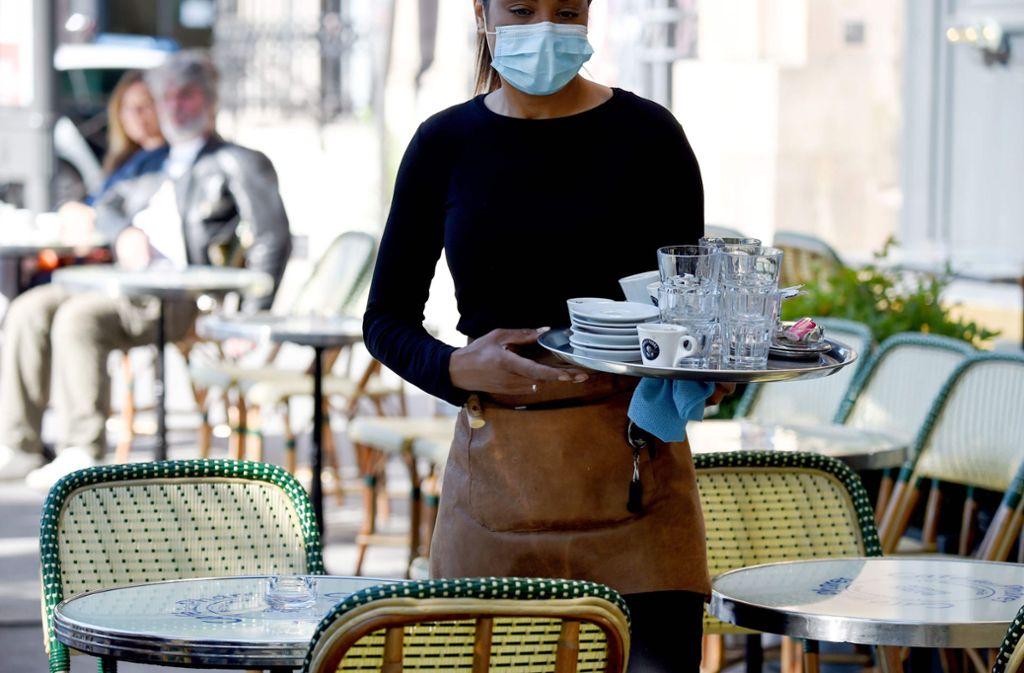 Sicherheit geht vor  – das Personal muss bei der Arbeit Masken tragen. Foto: AFP/Eric Piermont