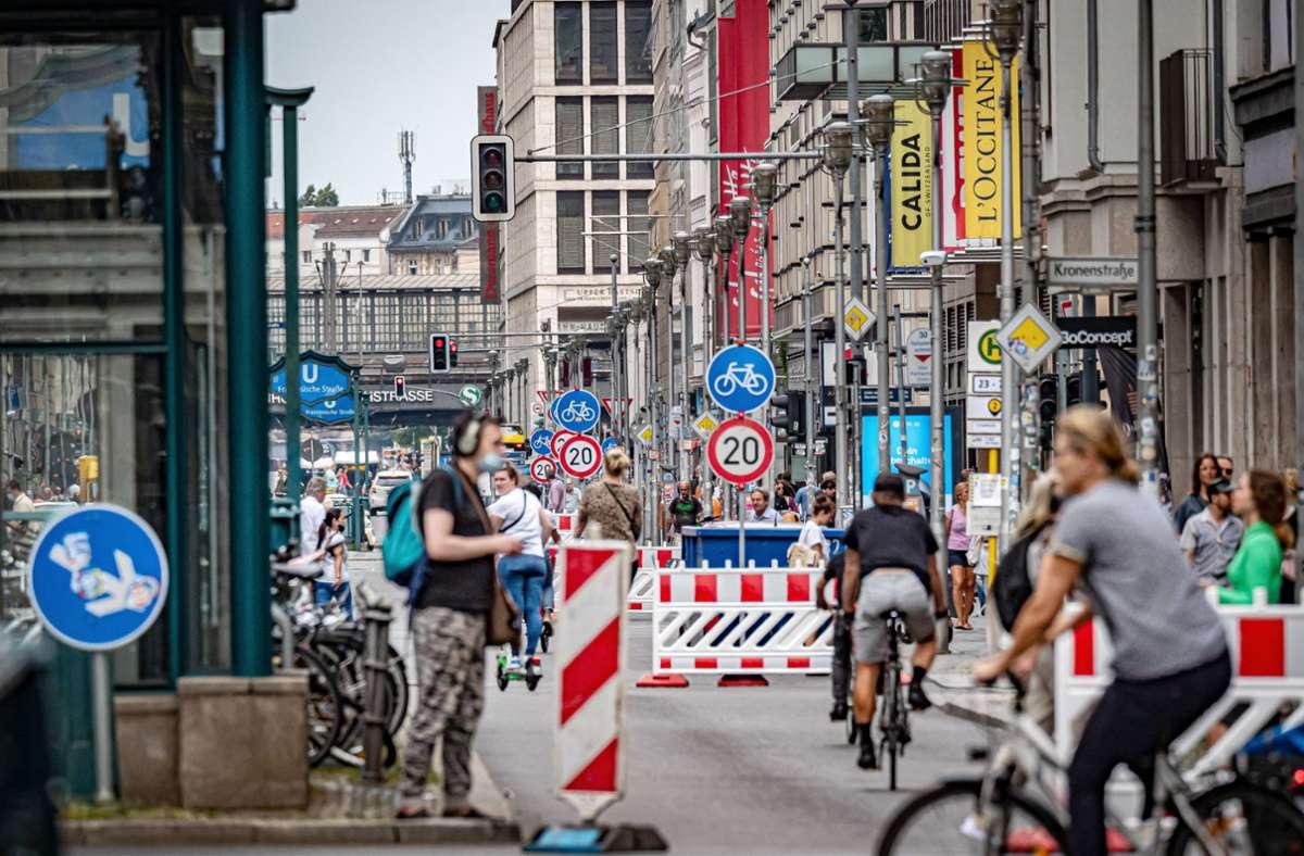 Ein Abschnitt der Berliner Friedrichstraße bleibt vorerst Autofrei. Foto: imago/Jürgen Ritter