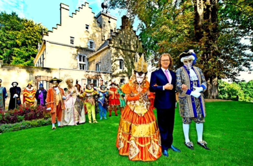 """Eine opulente Werbeveranstaltung mit Masken und Kostümen: Schlossherr Rieu präsentiert sein neues Album """"Eine Nacht in Venedig"""". Foto:"""