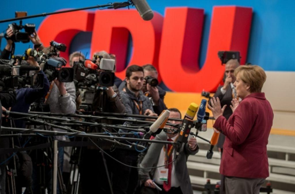 Angela Merkel muss in Karlsruhe Rede und Antwort stehen. Foto: dpa
