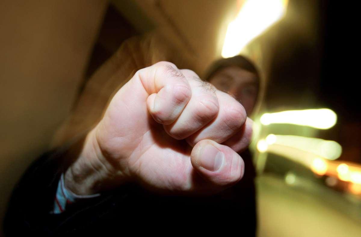 Bei dem Streit wurde ein 32-Jähriger unvorhergesehen mit einem Faustschlag attackiert. Durch den Schlag und möglicherweise auch Tritte gegen den Kopf wurde er schwer verletzt. (Symbolbild) Foto: dpa/Karl-Josef Hildenbrand