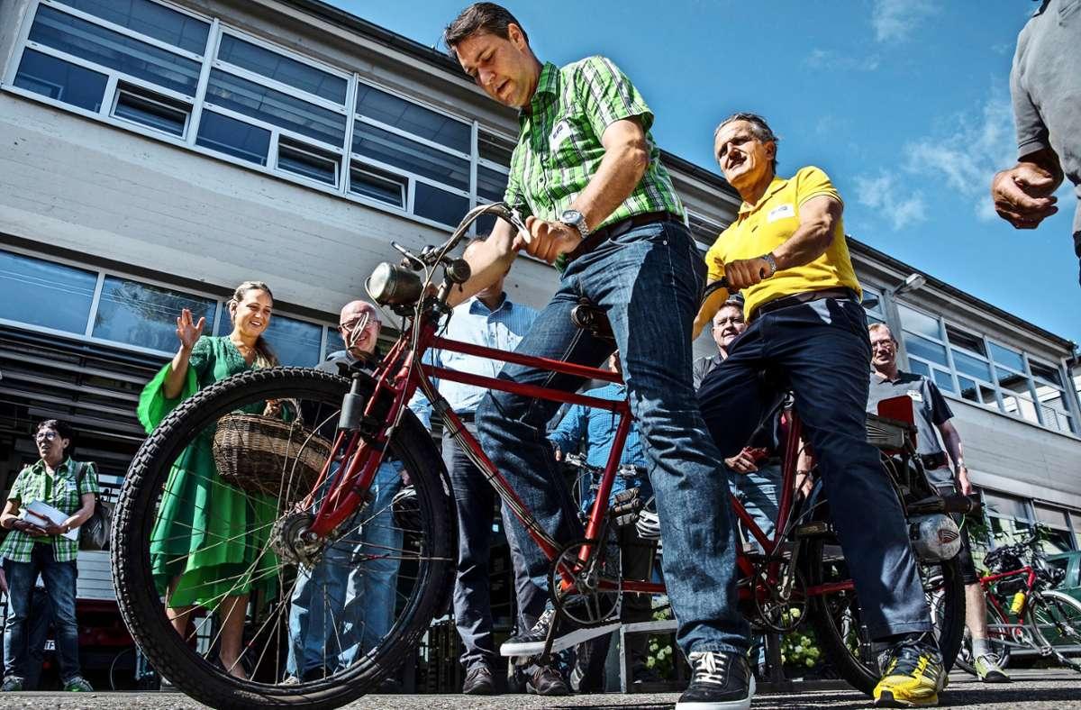 Leidenschaft und Einsatz: Hier wirbt Frank Nopper (re.) 2017 zusammen mit Rems-Murr-Landrat Richard Siegel für ein Radtourenbuch. Foto: Frank Eppler
