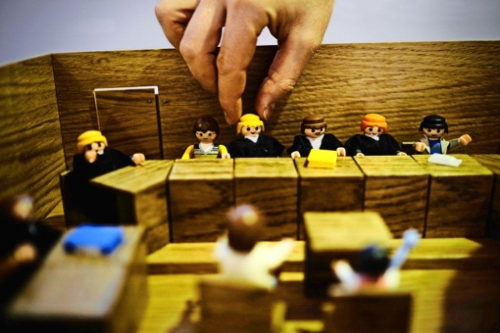 Bevor Kinder als Zeugen vor Gericht müssen, können sie am Modell lernen, wer wo sitzt. Foto: